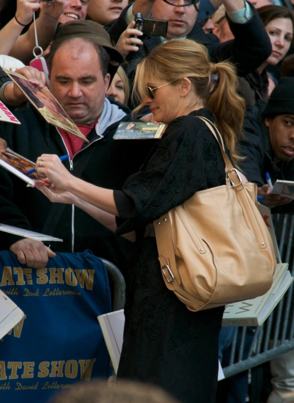 Skuespiller Julia Roberts er også begeistret for vesken - den passer fint til hennes nedtonede og avslappede stil. Foto: All Over Press