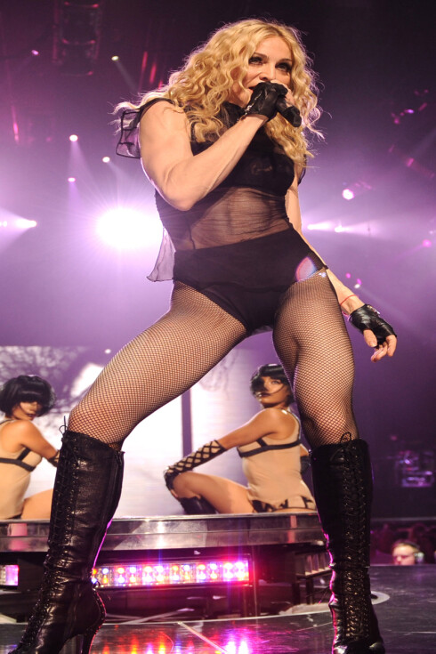 Man kan saktens bli inspirert til å prøve stavgang når man ser den flotte magen til Madonna. Foto: All Over Press