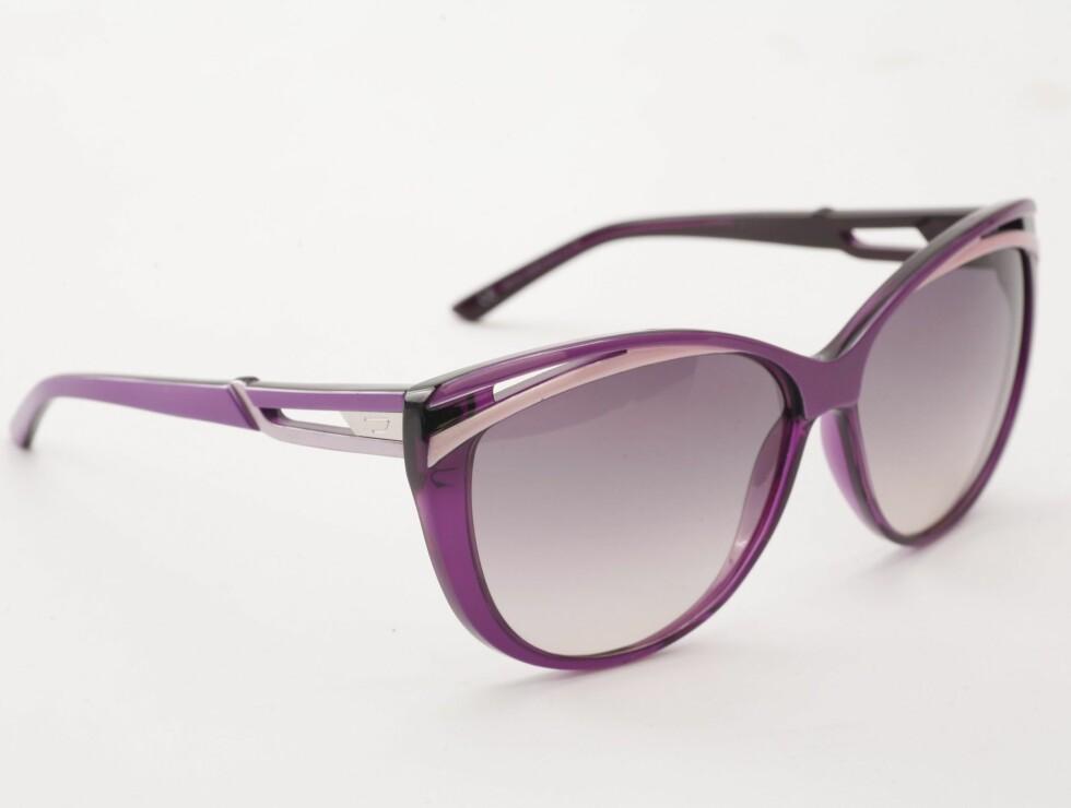 I 80-TALLSSTIL: Typete plastikkbriller i lilla og fiolett (kr 1200, Diesel). Foto: Wenche Hoel-Knai