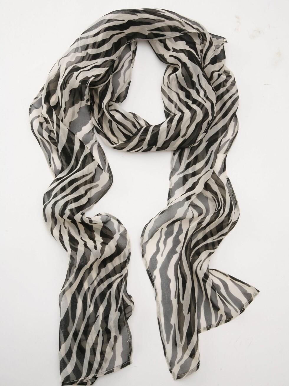 PYNTER OPP: Sebramønstret silkeskjerf (kr 130, Oasis). Foto: Wenche Hoel-Knai