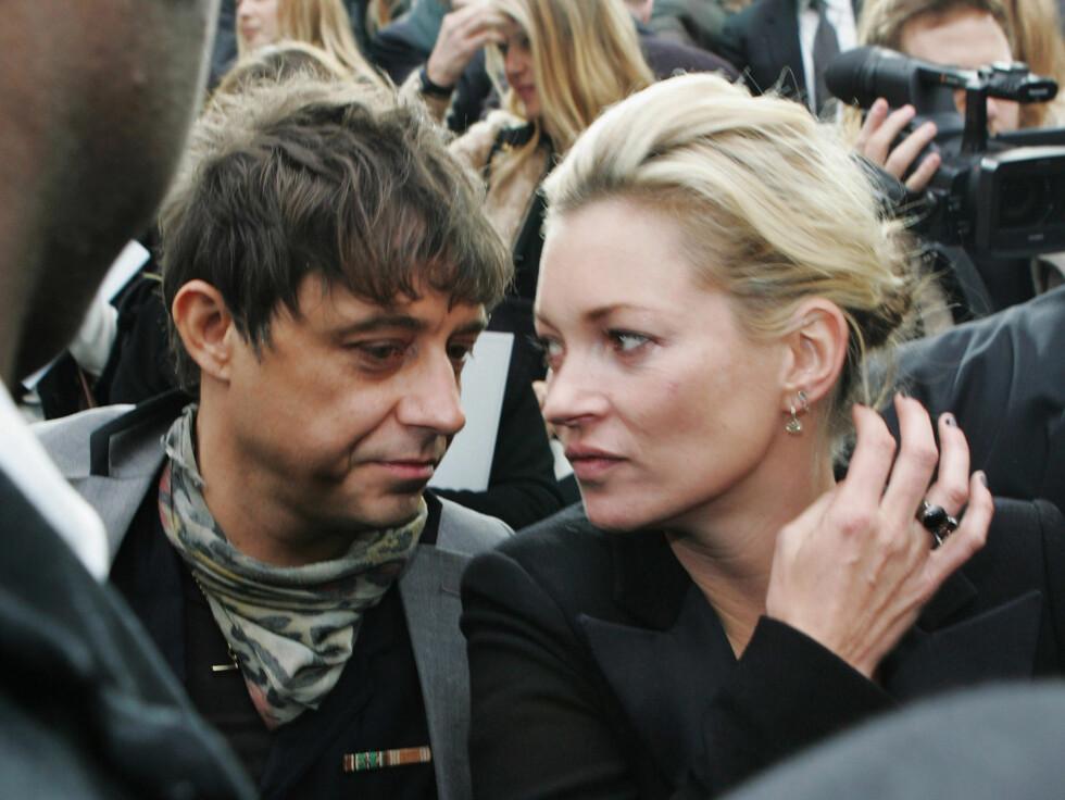 TURTELDUER: Kate Moss var en selvskreven gjest på første rad, og satt sammen med sin kjære Jamie Hince. Foto: All Over Press