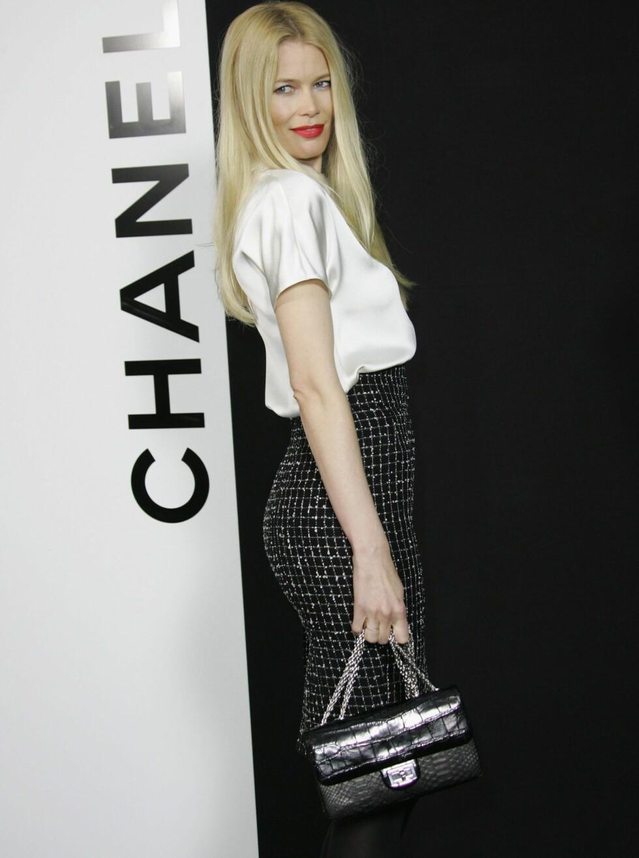 KASTET GLANS: Supermodell Claudia Schiffer ulastelig antrukket i Chanel. Foto: All Over Press