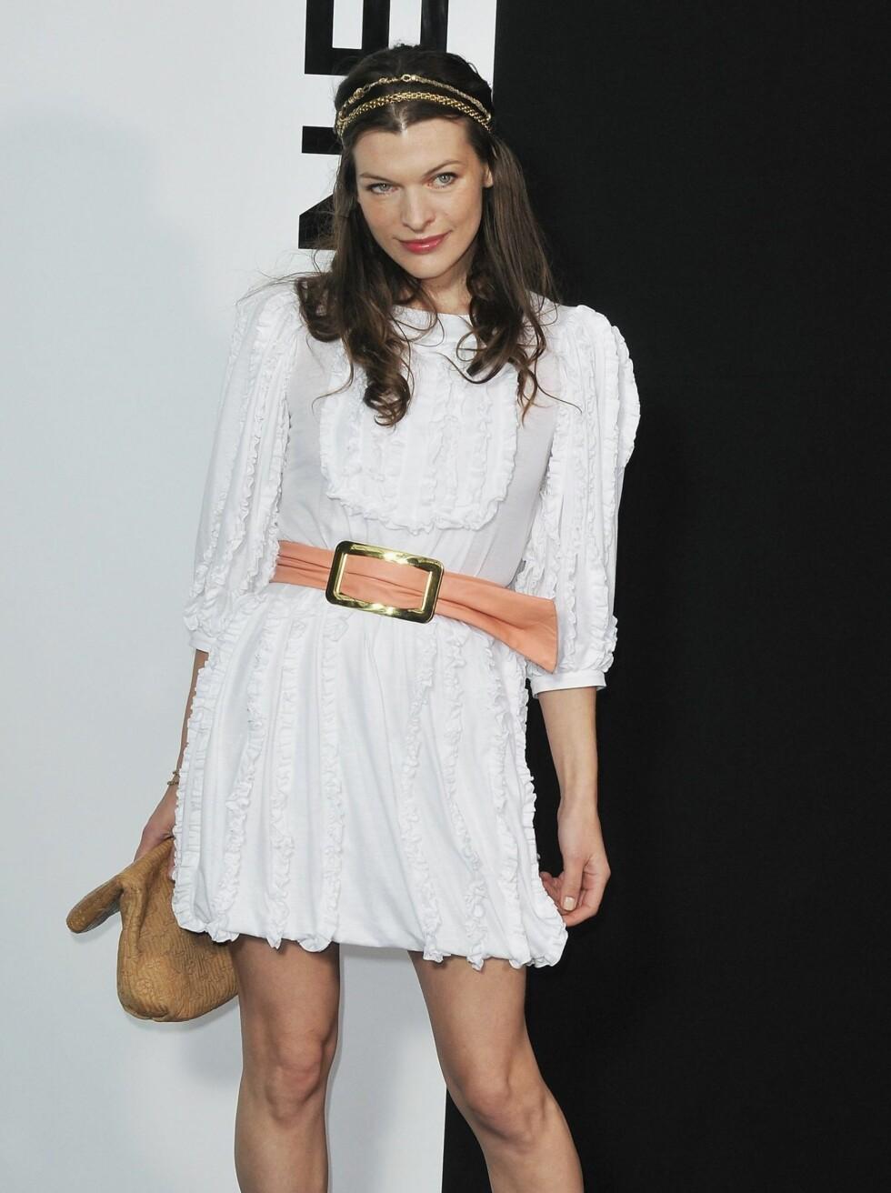 Supermodell og designer Milla Jovovich var på plass i romantisk hvit kjole med babyrosa belte i livet.  Foto: All Over Press