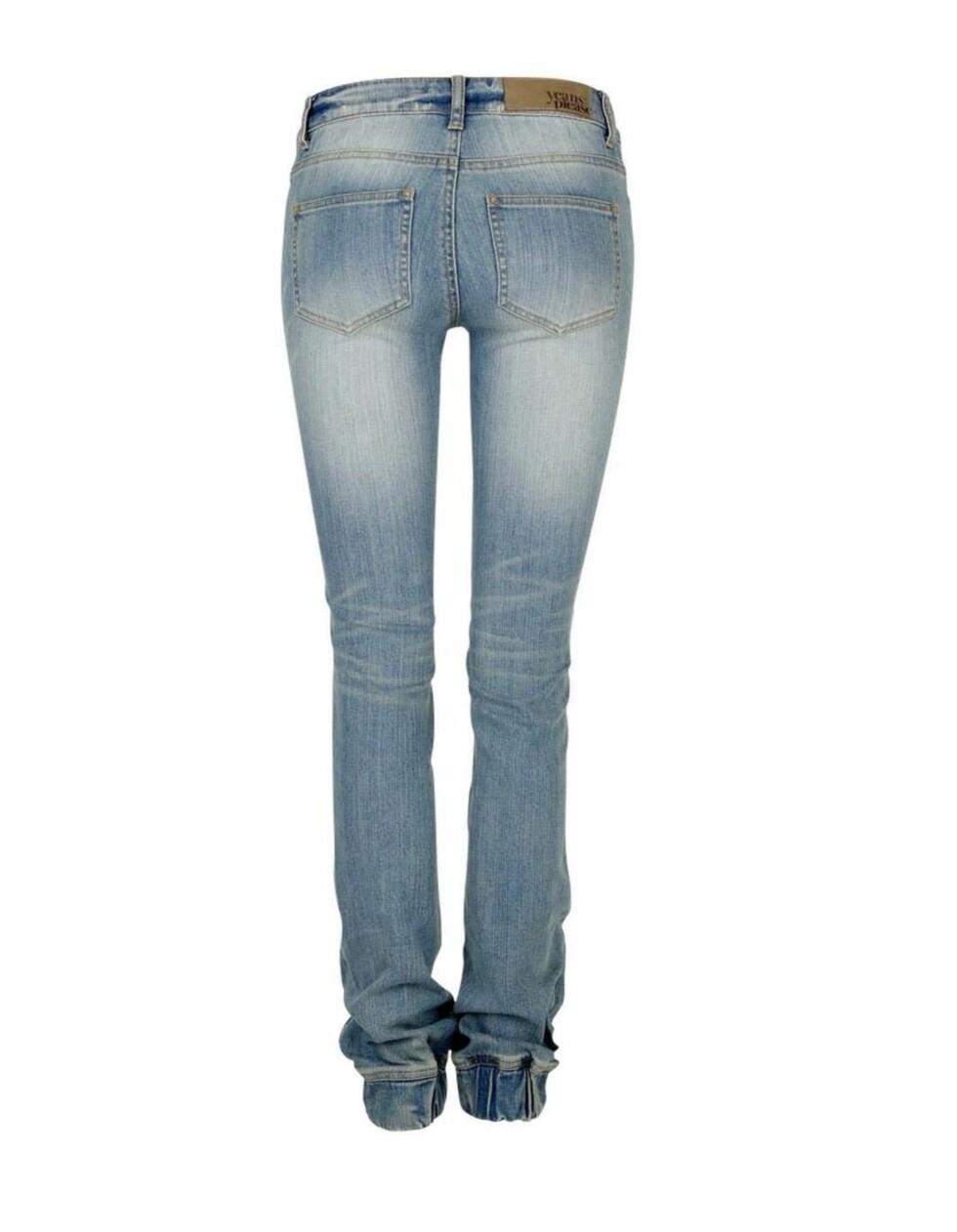 GIR LANGE BEIN: Lyse trendy jeans med strikk nederst som er perfekt til snertne skoletter (kr 400, Cubus).