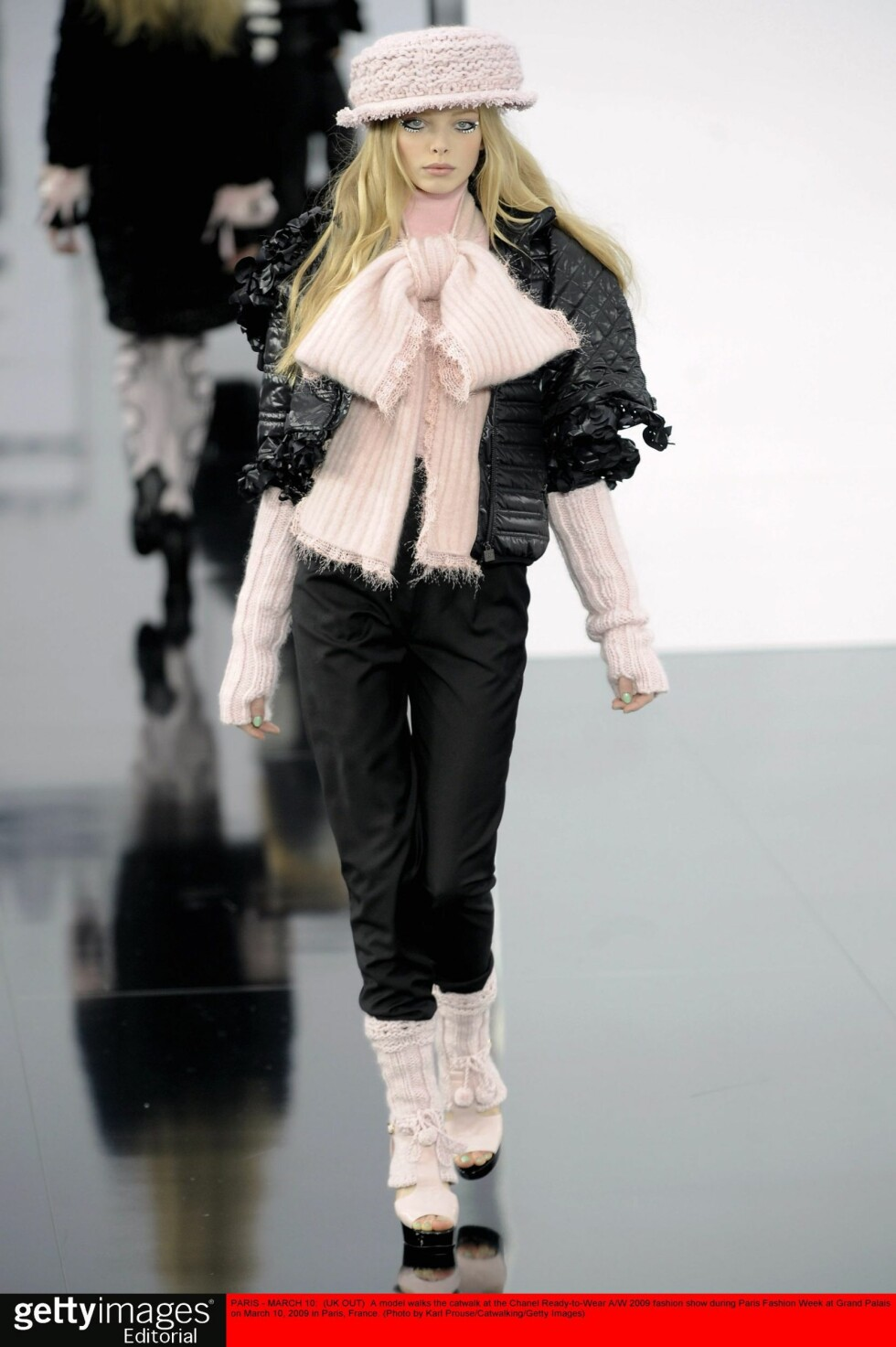 PARIS - MARCH 10:  (UK OUT)  A model walks the catwalk at the Chanel Ready-to-Wear A/W 2009 fashion show during Paris Fashion Week at Grand Palais on March 10, 2009 in Paris, France. (Photo by Karl Prouse/Catwalking/Getty Images) Foto: All Over Press