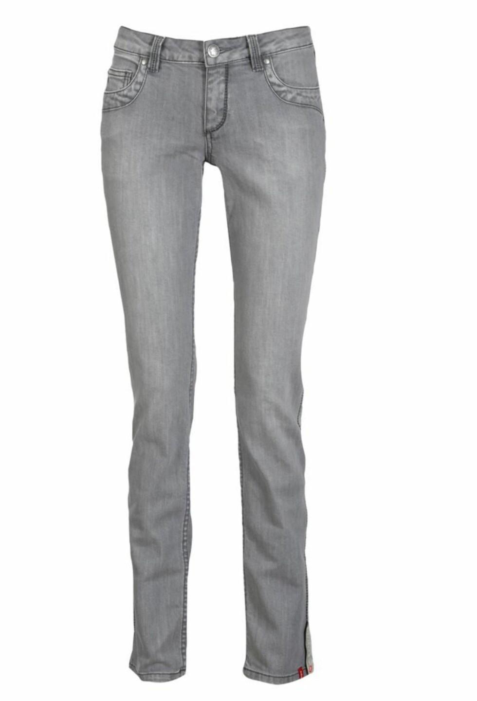 ELSKET AV KATE MOSS: Grå jeans som er fine oppi et par svarte skinnstøvletter (kr 700, Edc/Ellos.no).