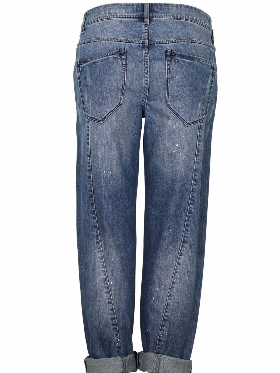 AVSLAPPET STIL: Vide jeans med skrå søm (kr 350, Cubus).