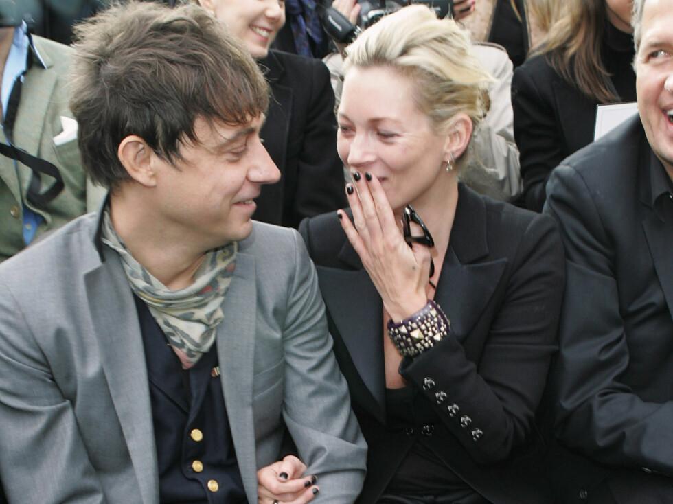 TURTELDUER: Jamie Hince og Kate Moss var i strålende humør på første rad på Chanels visning i Paris.   Foto: All Over Press