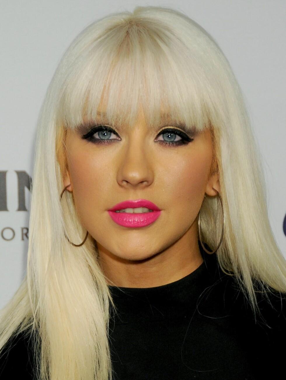 En litt uheldig spray tan kan skje den beste. Her er det Christina Aguilera som har fått den ukledelige mandarin-fargen. Men hvorfor må hun toppe sminkekatastrofen med en knallrosa leppestift?  Foto: All Over Press