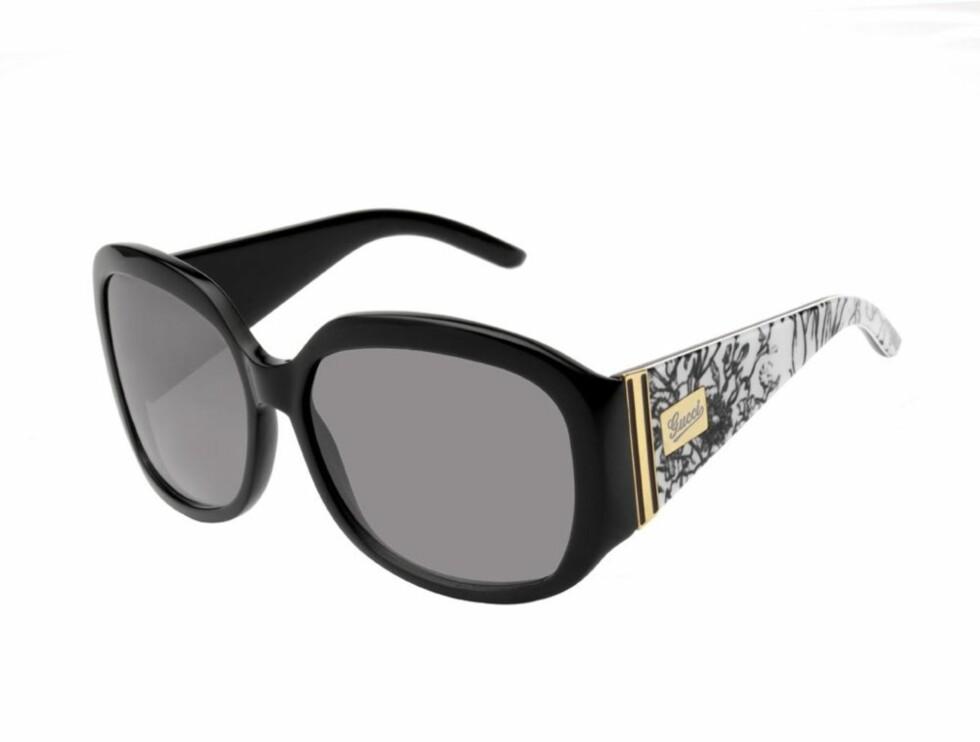 FORDUMS GLAMOUR: Gucci har latt seg inspirere av et silkeskjerf de spesialdesignet for Grace Kelly i 1966 - her er resultatet (kr 2655, Gucci/Safilo).