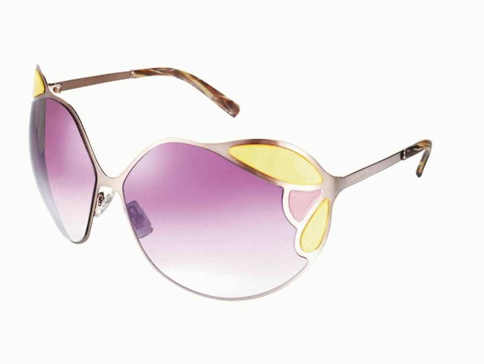 Solbriller fra Miu Miu som ligner på et kirkeglassvindu. Brillene kommer med glass i mange ulike farger, denne kombinasjonen av kald rosa og knall gul er både frekk og søt (kr 2130).