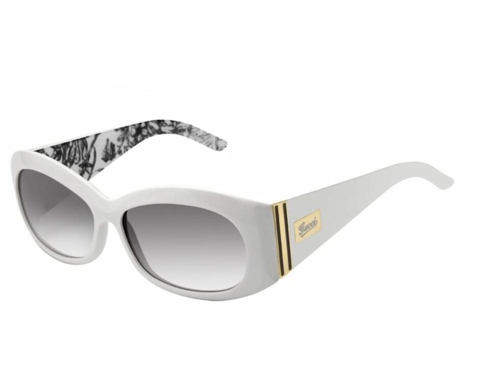 SOFISTIKERTE: Smalere modell i hvitt med gullpynt (kr 2655, Gucci/Safilo).