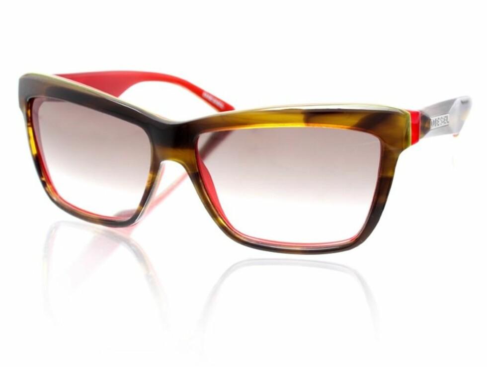 NERDETE: Plastikkbrille med røde detaljer (kr 1350, Diesel).