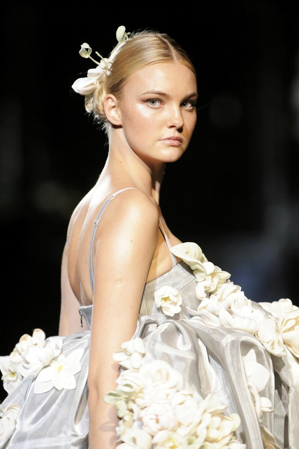 BLOMSTER: på kjole og i håret.(Dolce & Gabbana Spring/Summer 2009.) Foto: All Over PressAll Over Press
