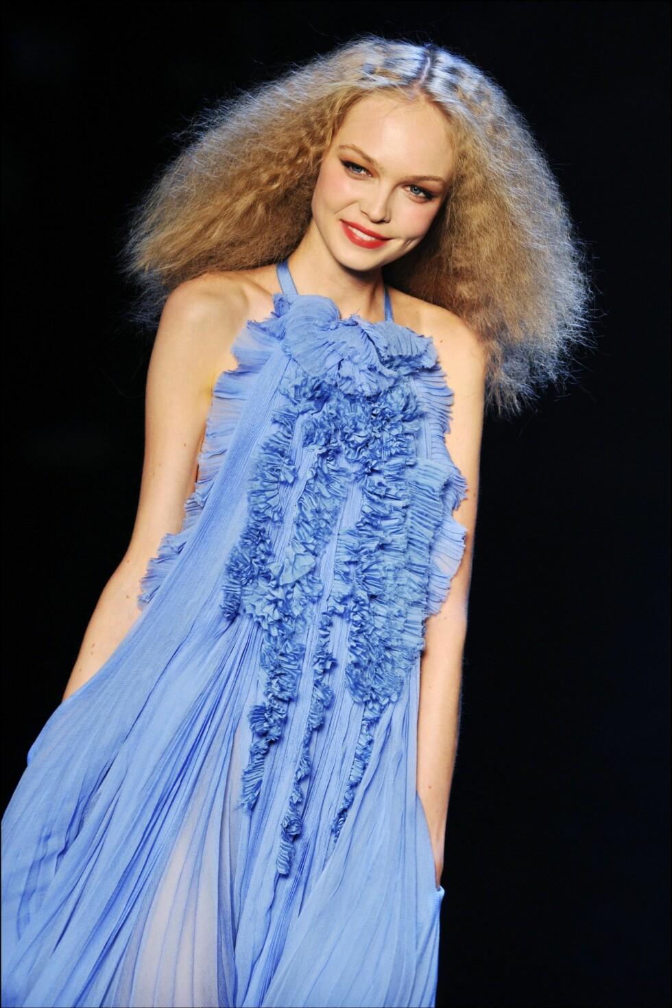 BLÅTT:og atter blått, kjolene denne våren skal helst være blå.(Sonia Rykiel Spring/Summer 2009.) Foto: All Over PressAll Over PressAl