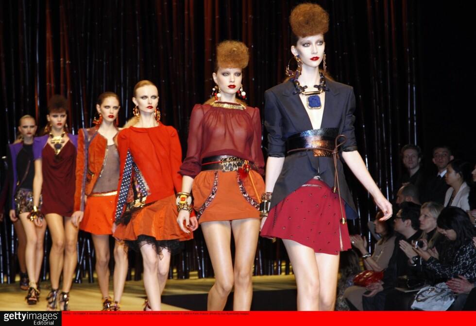 AFRIKANSKE IMPULSER: vi elsker miksen av røde lepper, stramt hår, frynser og dyreprint. (Louis Vuitton spring/summer 2009.)  Foto: All Over PressAll Over Press