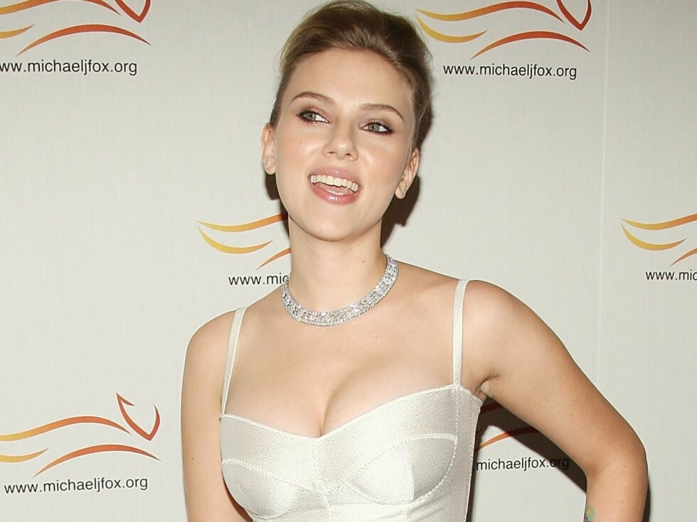 Scarlett Johanssons bryster topper flere kåringer, og skuespilleren vet hvordan de skal komme til sin rett. Se bildene: Hollywoods hotteste pupper. Foto: All Over Press