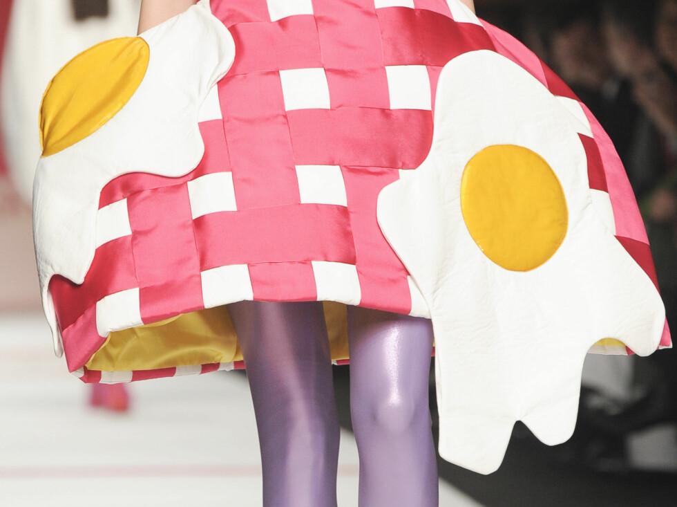 IKKE SOM ANDRE DESIGNERE: Spanske Agatha Ruiz de la Prada bringer inn elementer som speilegg, gulrøtter og fuglebur inn i sin kolleksjon for høsten 2009. Foto: All Over Press
