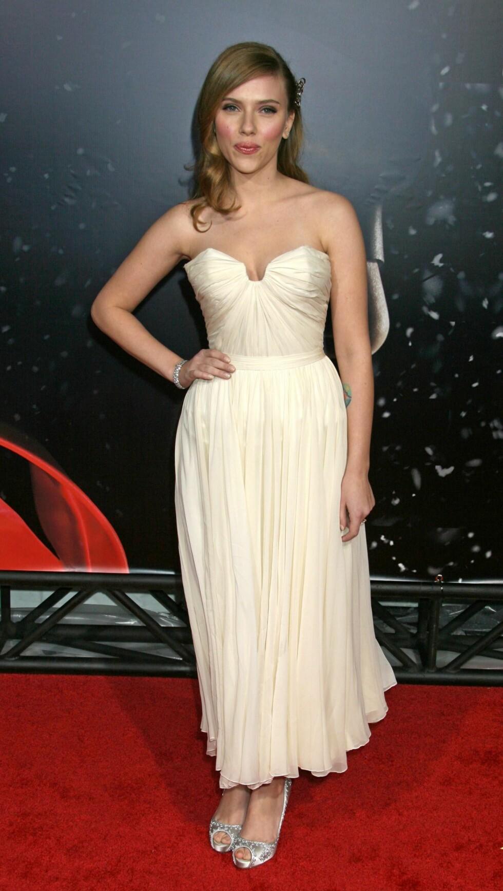 LESS IS MORE: Scarlett Johansson klarer å skinne uten halssmykke.  Foto: All Over Press