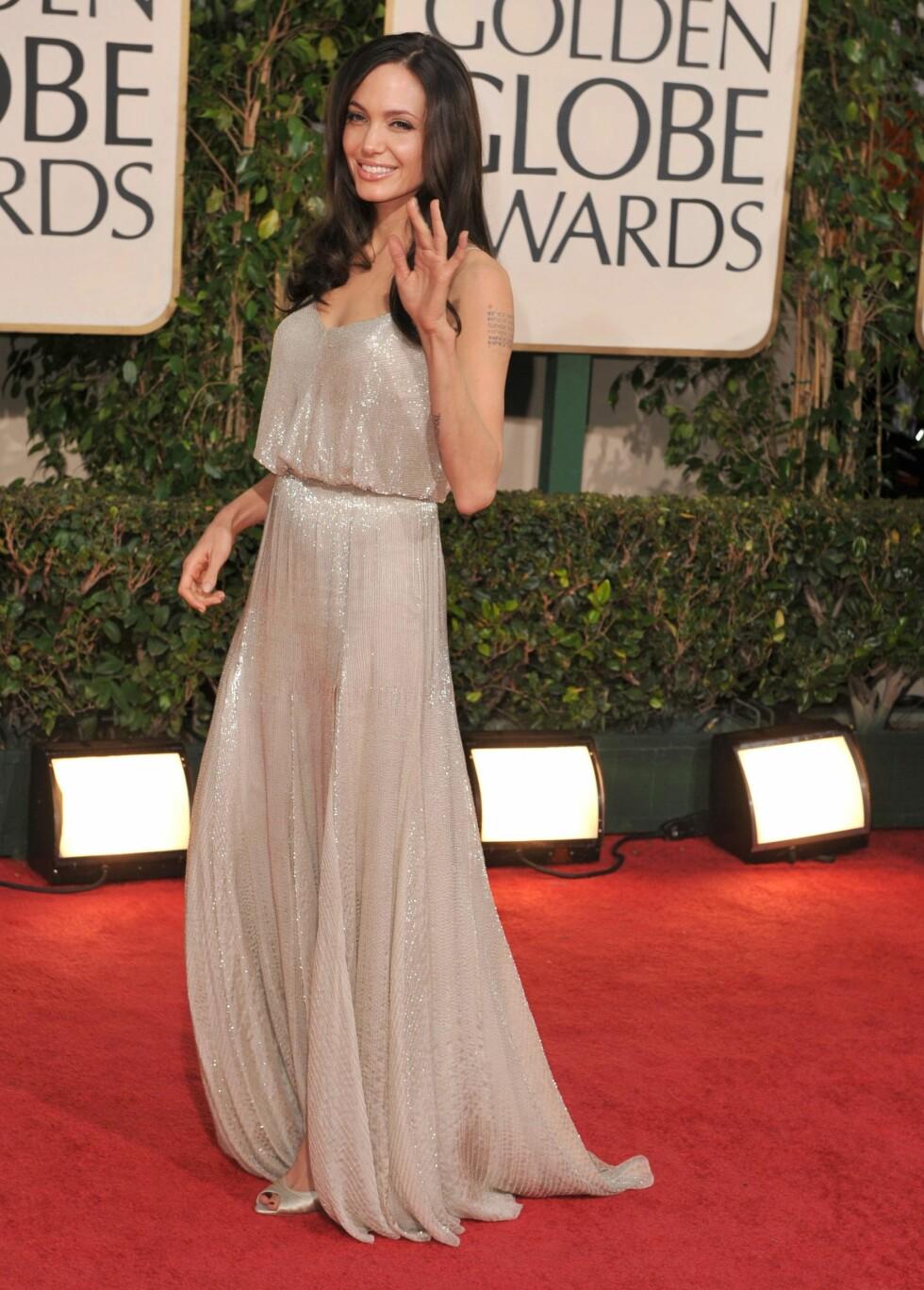 VAKKER I SØLV: Kjolen til Angelina Jolie var såpass glitrende at det gikk helt fint uten et smykke i halsen.  Foto: All Over Press