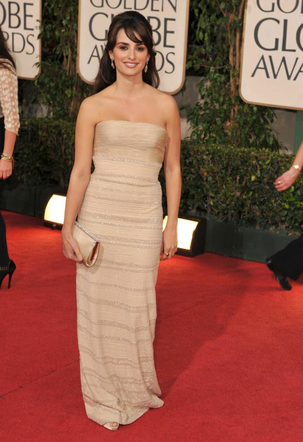 FOKUSERTE PÅ HUD: I likhet med andre stjerner på Golden Globe ankom Penelope Cruz i stil - uten halssmykke.  Foto: All Over Press