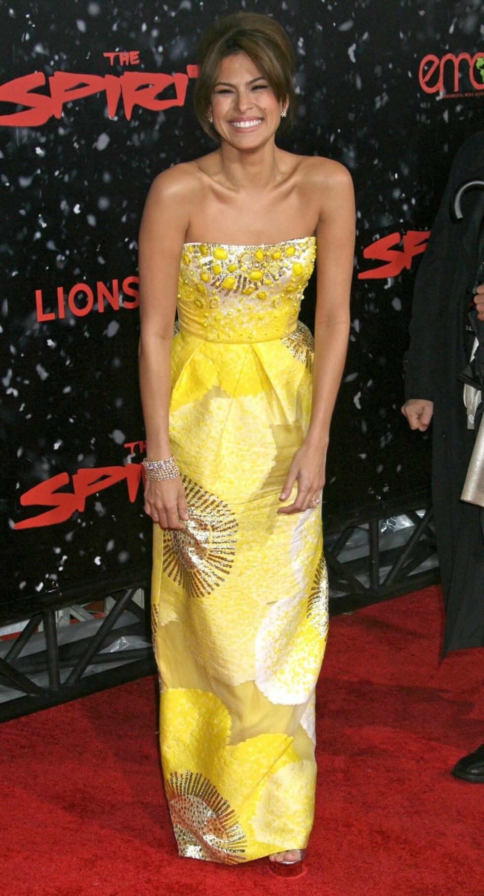 BLID SOM SOLEN: Med en så fin kjole og et så fint smil gjør det ingenting at Eva Mendes ikke tok på seg halssmykker.  Foto: All Over Press