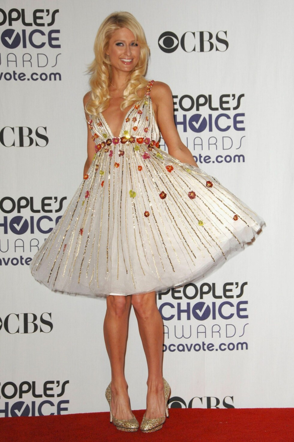 PARTY PRINSESSEN: Når hotellarving Paris Hilton dropper smykkene da vet du at det er en trend. Hun elsker nemlig alt gull som glitrer! Foto: All Over Press