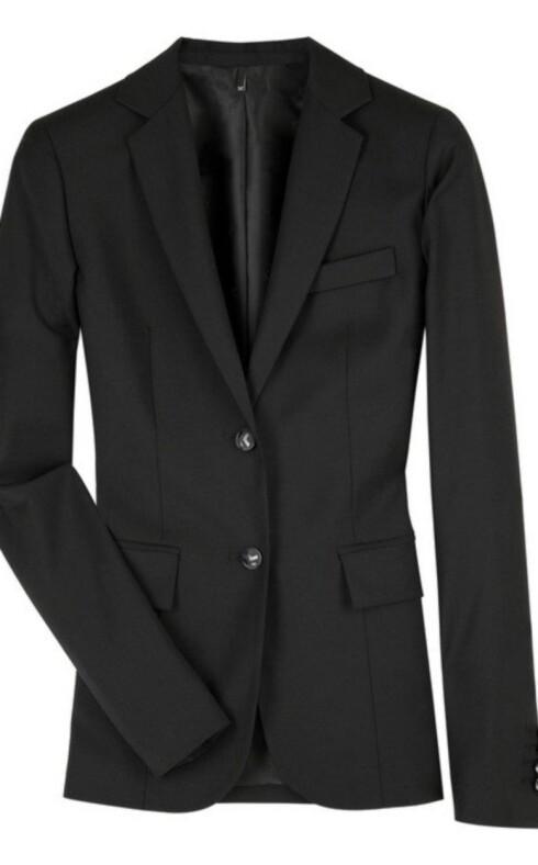 NOE Å LÅNE AV TYPEN?: Overdimensjonerte dressjakker i herrestil er helt riktig nå, såkalte boyfriendjackets. Kule til trange jeans, skyhøye sko og en rocka trøye eller en fin skjorte. Denne er fra Karl Lagerfeld (cirka kr 3600, Netaporter.com).