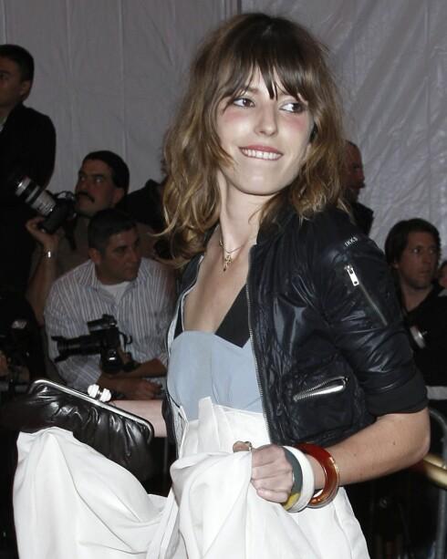 Modellen og trendikonet Lou Doillon har lang, raggete og rocka lugg som rammer inn ansiktet på en fin måte.  Foto: All Over Press