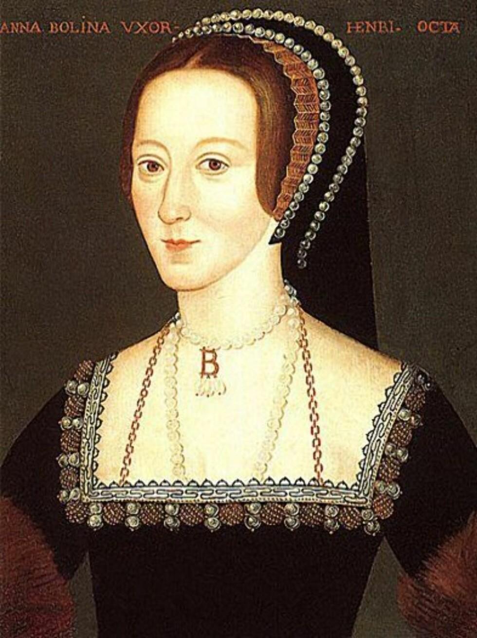 1. Anne BoleynAnne Boleyn og brystene hennes var kun gift med kong Henry VIII i tre år. I 1536 kappet han nemlig hodet av henne fordi hun ikke var i stand til å gi ham en mannlig arving. Hun ble i også anklaget for å ha vært utro med sin egen bror.I tillegg skulle onde tunger også ha det til at dronninga hadde en sjette finger, struma og en rekke føflekker. Ekteskapet støtte dermed på mer og mer motstand, siden man trodde at enhver form for ufullkommenhet gjenspeilet feil i karakter eller at vedkommende var «blitt berørt av Den onde».Senere ble ryktet om rare føflekker omgjort til sladder om at Boleyn hadde en tredje brystvorte. Selv om det er uvanlig, er ikke en ekstra brystvorte direkte sjeldent, da det forekommer hos cirka 1 av 18. De fleste historikere mener imidlertid at legenden ikke stemmer, og tviler på at kong Henry VIII ville vært tiltrukket av Anne dersom hun var i besittelse av alle de påståtte fysiske skavankene, inkludert en brystvorte nr. 3.  Foto: Wikipedia