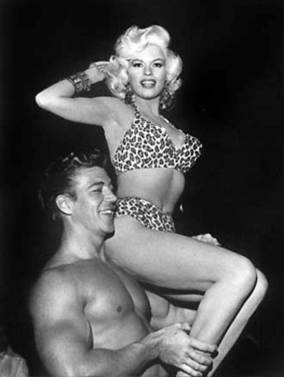 2. Jayne MansfieldHun var ikke en av de største skuespillerinnene i sin tid, men Mansfield visste å skaffe publisitet – hovedsakelig takket være sine enorme bryster. På slutten av 50-tallet, da karrieren hennes begynte å avta, arrangerte hun en rekke «tilfeldige» episoder hvor hun blottet brystene ved et uhell. Disse ble selvfølgelig alltid fanget opp av fotografer.Det mest berømte tilfellet skjedde i april 1957 under et middagsselskap til ære for Sophia Loren. Bildet ble så berømt at TV-verten av «Tonight Show», Jack Paar, introduserte Mansfield som gjest i programmet ved å si: «Og her er de, Jayne Mansfield!».I løpet av puppe-PR tiden mellom september 1956 og mai 1957 var hun avbildet i hele 2500 aviser og hun hadde omtrent 122 000 linjer med avistekst skrevet om seg selv.  Foto: Wikipedia