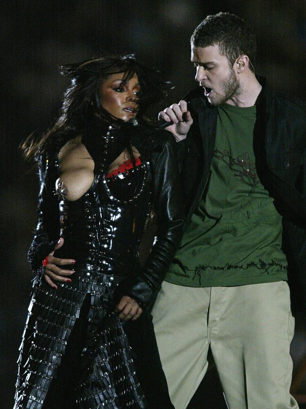 3. Janet JacksonDa Justin Timberlake blottla det ene brystet til Janet Jackson under Super Bowl-finalen i 2004, utløste de en enorm reaksjon hos det amerikanske folket. Episoden førte til en heftig diskusjon om «usømmeligheter» i kringkastingen. Til slutt ga Federal Communications Commission, den føderale myndigheten i USA som har ansvaret for etermedier, TV-kanalen CBS en rekordhøy bot på 550 000 dollar. Både Jackson og Timberlake bedyret at puppestuntet var et uhell. Jackson var imidlertid den som endte opp med å ta det meste av pepperen fra folk flest, som mente at blottingen var nøye planlagt. Foto: All Over Press