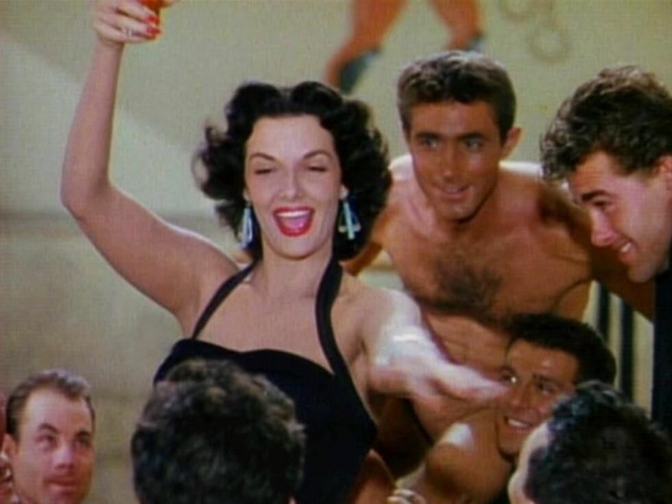 4. Jane RusselI 1940 signerte skuespilleren Jane Russel en sjuårskontrakt med millionær Howard Hughes og debuterte i filmen «The Outlaw» («Den fredløse»). Selv om filmen ble ferdigstilt i 1941, ble den ikke vist på lerretet før i 1946. Årsaken til dette var hennes massive frontparti. Man hadde vansker med å finne ut av hvordan man skulle sensurere det. Under produksjonen designet og konstruerte Hughes selv en spesial-BH til Russels 38D-bryster. Men ifølge Hughes selvbiografi fra 1988 mente Russel at BH-en ikke passet, og brukte dermed sin egen under filminnspillingen. Foto: Wikipedia