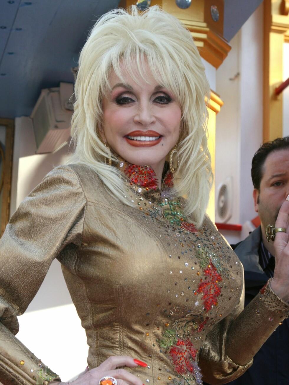 7. Dolly PartonDolly Parton sier at puppene hennes er mer berømte enn hun selv. Den 62-år gamle sangeren og låtskriveren skal også ha sagt følgende: «Brystene mine har tjent meg godt – jeg vet ikke om det er jeg som støtter dem eller om det er de som støtter meg».Hvor innprentet Partons digre frontparti er i populærkulturen, ble tydelig da til og med den klonede sauen Dolly ble oppkalt etter henne. Hvorfor? Fordi dyret ble kunstig konstruert ut av melkekjertler. Parton har en god porsjon selvironi når det kommer til sine enorme bryster, og skal blant annet ha uttalt: «Jepp, de er mine! Kjøpt og betalt!» Foto: All Over Press