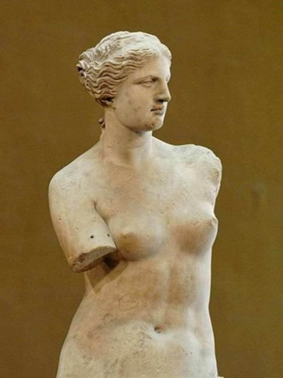9. Venus fra MiloAfrodite fra Milo, bedre kjent som Venus fra Milo, er trolig den mest berømte skulpturen fra antikke Hellas.Statuen er laget av minst seks-sju blokker med marmor og er 203 centimeter høy. De opprinnelige armene og sokkelen har gått tapt. Ut ifra en inskripsjon som sto på sokkelen antar man at skulpturen ble laget av Alexandros fra Antiokia.Man regner med at verket framstiller Afrodite, gudinnen for kjærlighet og skjønnhet, som romerne kalte Venus. Statuen ble funnet i 1820 på øya Milos i Egeerhavet. Den befinner seg nå i Louvre. Foto: Wikipedia