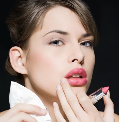 GLOSSY: Lyse, skinnende leppeprodukter får munnen til å se større ut enn den egentlig er. Foto: Image Source
