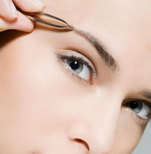PLUKK: For å forme øyenbrynene kan du nappe dem. Husk å ta ett hår av gangen. Foto: Image Source