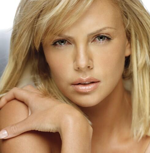GYLLEN: Skjønn hud lik Charlize Theron er viktig for et vakkert ytre, viser forskning. Foto: All Over Press