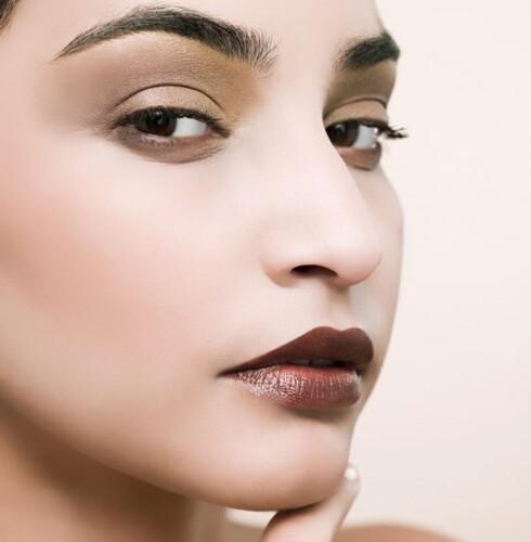 SKYGGE: Dersom du har tettsittende øyne, bør du unngå mørk sminke i innerkroken av øynene. Foto: Image Source