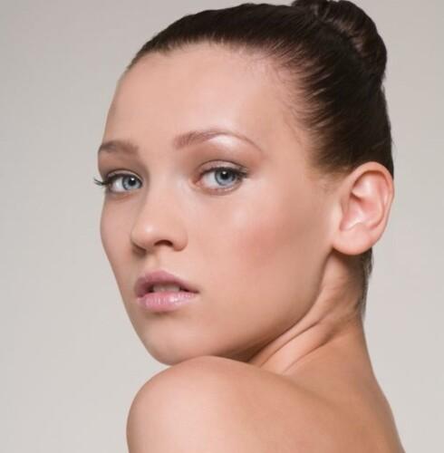 HÅRFIN: Å sette håret opp kan få pannen til å virke større. Foto: Image Source