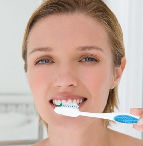 TANNPLEIE: Vær nøye med tannpussen og unngå ting som kan misfarge tennene dine. Foto: Image Source