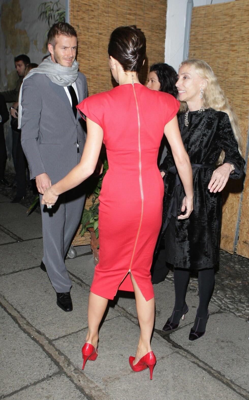 """MOONWALK? """"This is one small step for a man, one giant leap for Victoria Beckham."""" Det så i alle fall unektelig slik ut da David og Victoria deltok på My Sky HD Wears Fendi-party, som er en del av herrenes moteuke i Milano. Enten så er skoene vonde, eller så må fru Beckham rett og slett på do... Foto: All Over Press"""