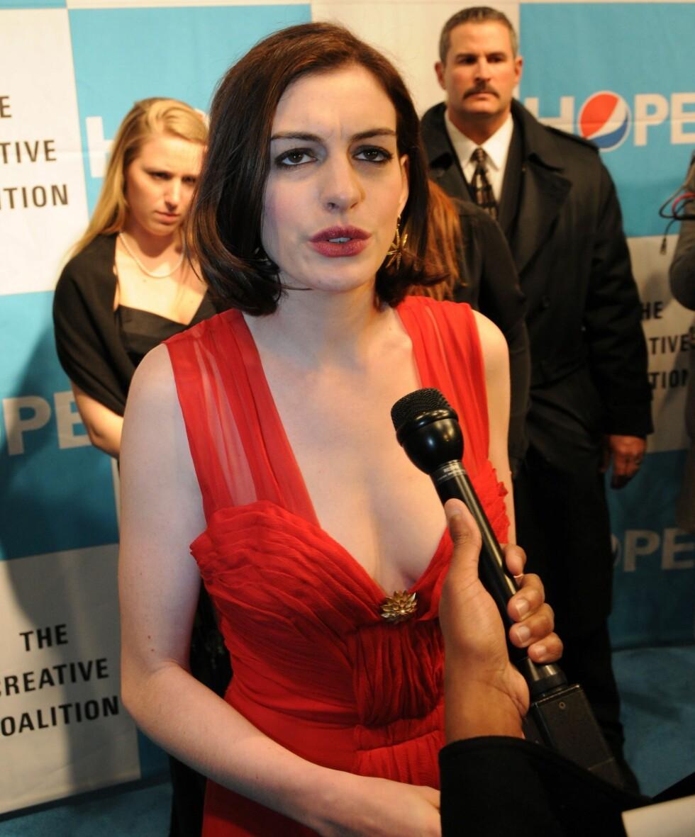 DIREKTE FRA DEN RØDE LØPER: Anne Hathaway til journalisten: -Hva? Ser jeg eh full ut?  Foto: All Over Press