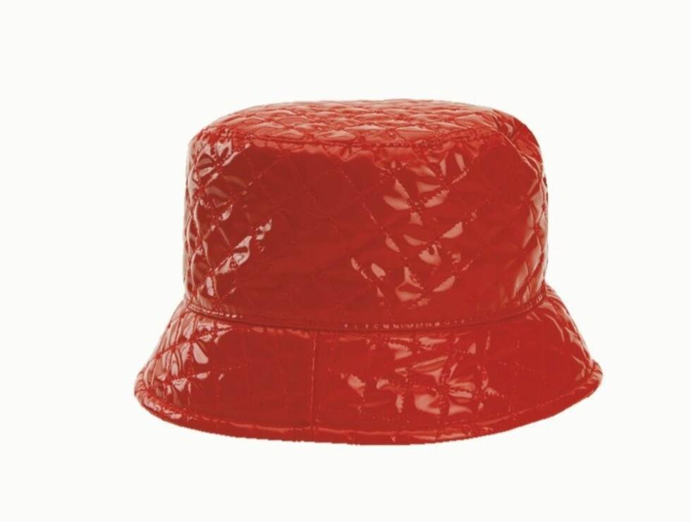 BØTTEHATT FOR BABES: Quiltet hatt i lakk (kr 750, Roeckl). Foto: Wenche Hoel-Knai