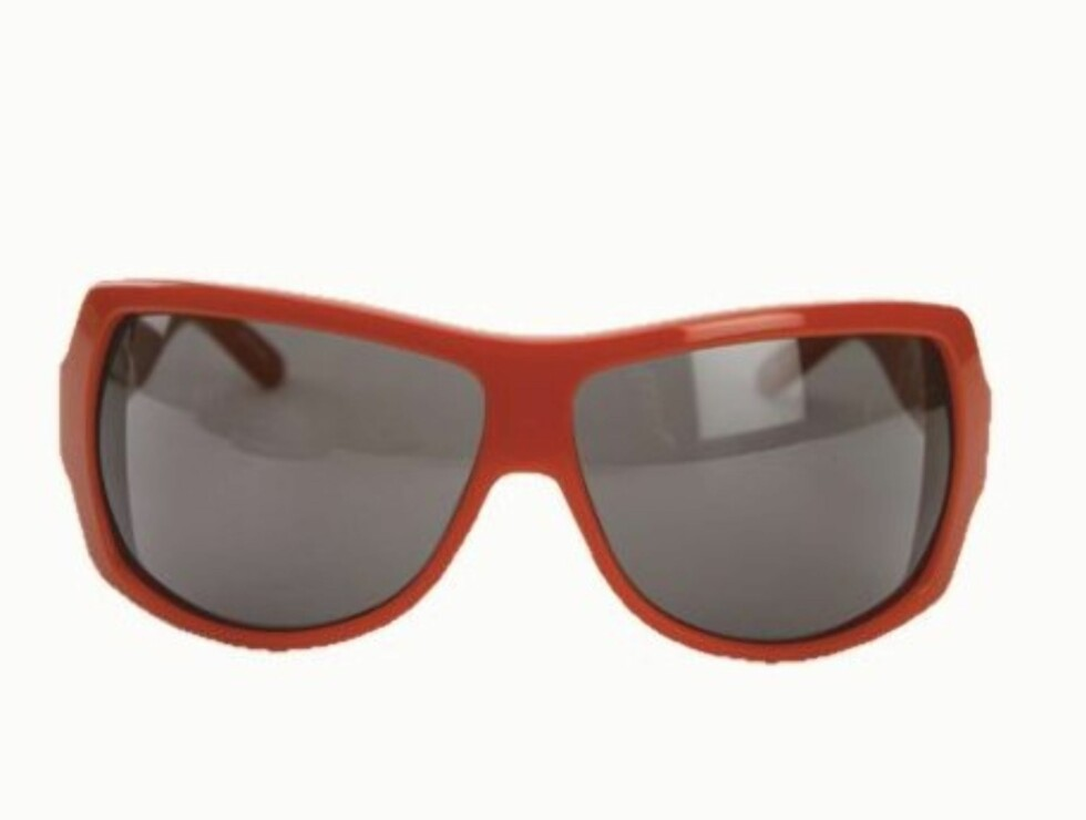 EN PLASS I SOLEN: Røde plastikkbriller med attityde. Kan selvsagt brukes på vinteren, for eksempel i solveggen på hytta(kr 1860, Diesel). Foto: Wenche Hoel-Knai
