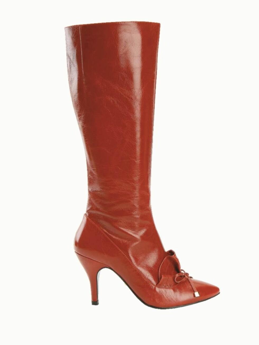 FLOTTE TIL SKJØRT: Skinn-støvlett med dekorasjoner foran og høy hæl (kr 1500, Friis Company). Foto: Wenche Hoel-Knai