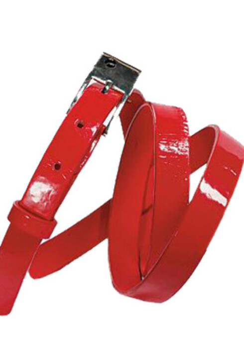 En knallrødt belte kan gjøre den hele forskjellen på kjolen, skjørtet eller buksa Bredt belte (kr 250, Cubus).