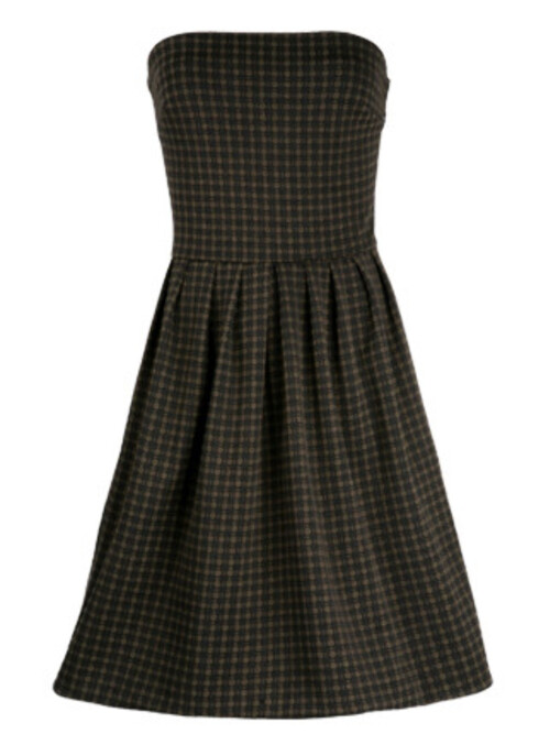 Den stroppeløse kjolen har rikelig med legg og små ruter, og er festfin uten å være utidsmessig sommerlig (kr 599, Mango).