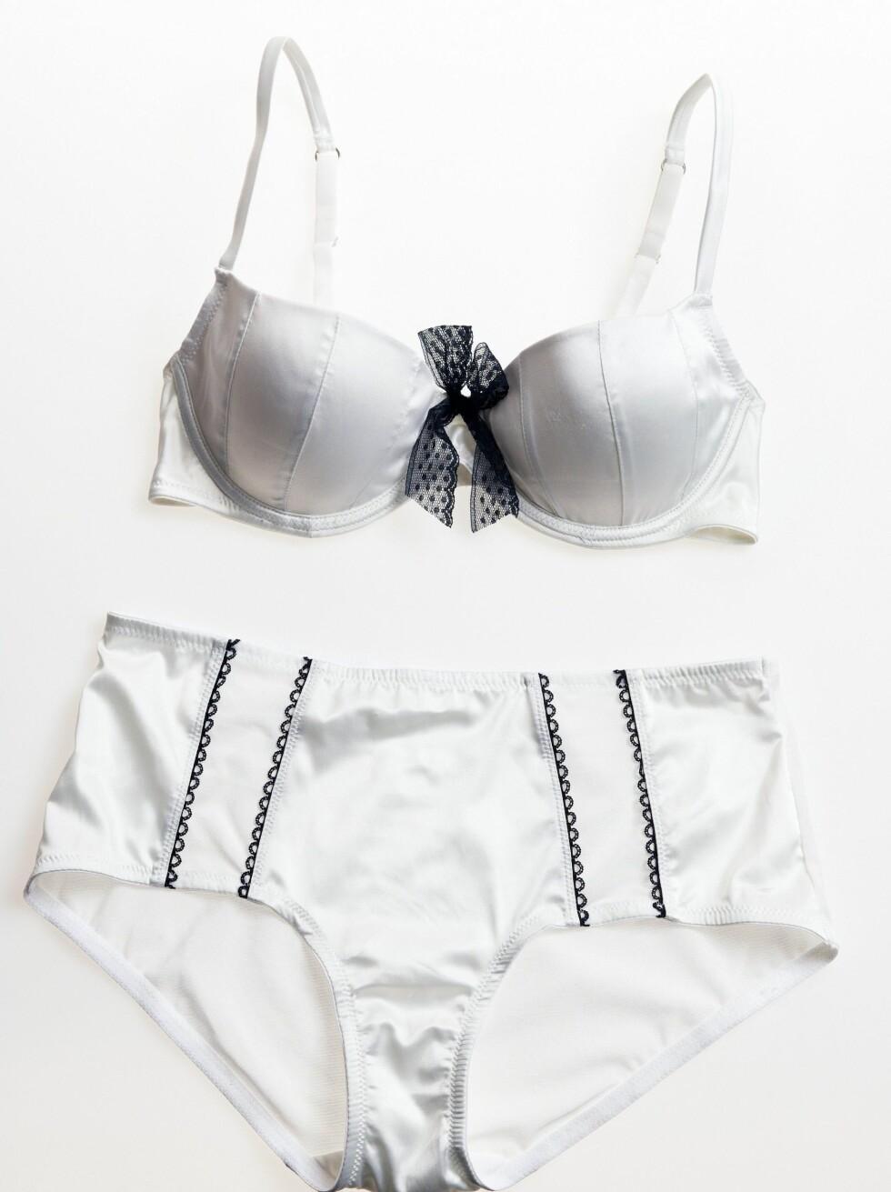 I 50-TALLSSTIL: Push up-bh med blondesløyfe (kr 170) og høy truse som holder magen på plass (kr 80, Lindex).