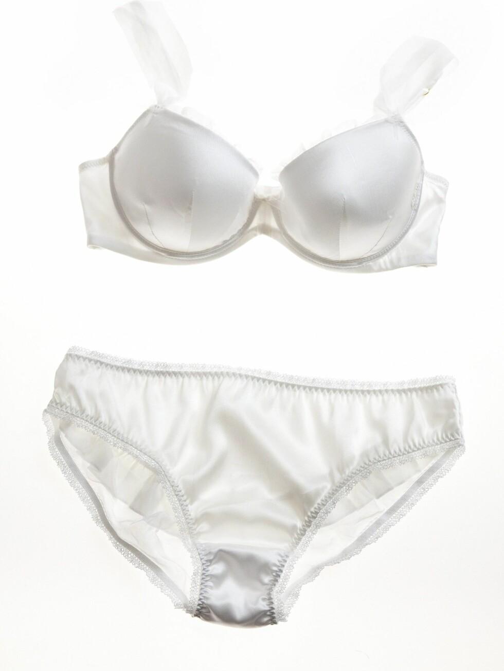 KLASSISK: Bh som sitter fint under t-skjorter (kr 300) og offwhite silketruse (kr 150, Lindex).